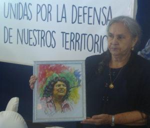 La madre de Berta Cáceres, Austra Berta Flores, sostiene un retrato de su hija el día que anunció una campaña para exigir justicia.