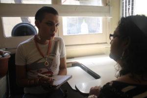 Vicky, un día antes de viajar a Europa, dando declaraciones a defensoresenlinea.com