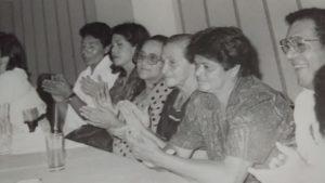 Fidelina Borjas, al centro junto a otras madres de detenidos desaprecidos. Foto: Archivo COFADEH