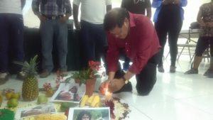 Antes del inicio de la actividad se encendieron las velas rojas, verde y blanca que ilumina el altar indígena simbolizando la producción campesina