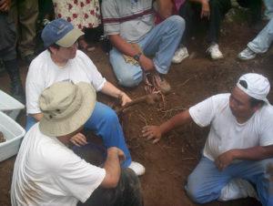 Personal de Medicina Forense realizando la exhumación de los restos de Juan Humberto Sánchez de la ribera del río Negro
