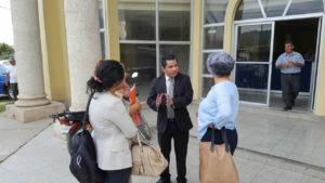 Al centro el fiscal Jacobo Espinal debaten con Bertha Oliva y las peritas propuestas