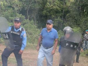 policias y presunto dueno