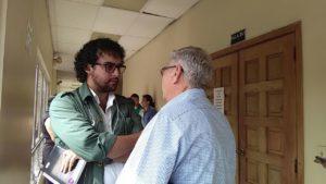 Cesario Padilla (de frente) uno de los estudiantes sentenciados dialoga con el abogado Aureliano Carbajal (de espalda) en la CSJ