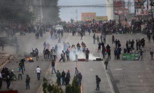 (171130) -- TEGUCIGALPA, noviembre 30, 2017 (Xinhua) -- Personas participan durante los enfrentamietos entre simpatizantes del candidato a la presidencia de Honduras por la Alianza de Oposición, Salvador Nasralla, con policías a raíz de una protesta, en Tegucigalpa, capital de Honduras, el 30 de noviembre de 2017. El actual presidente de Honduras y candidato por el Partido Nacional, Juan Orlando Hernández, aventaja con el 42.68 por ciento las elecciones presidenciales, según el ultimo reporte del Tribunal Supremo Electoral (TSE) divulgado el jueves. Con el 90.40 por ciento de las actas procesadas, el aspirante por la Alianza de Oposición, Salvador Nasralla, contabiliza el 41.6 por ciento de los sufragios. (Xinhua/Johny Magallanes) (da) (fnc)